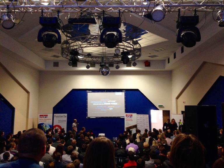 Аудитория конференции + ещё пара десятков снизу и сзади камеры.